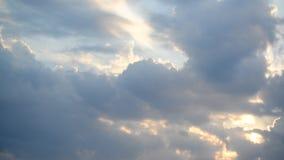 Nubes en la puesta del sol, movimiento de la cámara metrajes