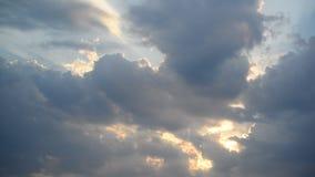 Nubes en la puesta del sol, movimiento de la cámara almacen de metraje de vídeo
