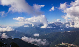 Nubes en las montañas Imagen de archivo libre de regalías