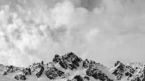 Paisaje del pico de montaña con los cielos nublados en blanco y negro fotos de archivo