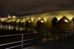 Nubes en movimiento y puente romano Stock Photos
