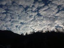 Nubes en piezas Imágenes de archivo libres de regalías
