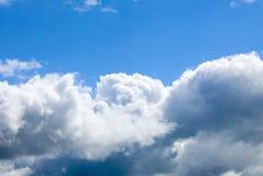 Nubes en un cielo azul. Imágenes de archivo libres de regalías