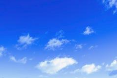 Nubes en un cielo azul Imagenes de archivo