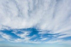 Nubes en un cielo azul Bk Imagen de archivo libre de regalías