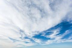 Nubes en un cielo azul Bk Fotos de archivo libres de regalías