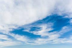 Nubes en un cielo azul Bk Fotografía de archivo libre de regalías