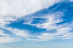 Nubes en un cielo azul Bk Imágenes de archivo libres de regalías