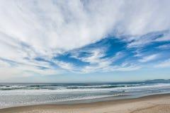 Nubes en un cielo azul Bk Fotografía de archivo