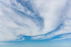 Nubes en un cielo azul Bk Foto de archivo libre de regalías