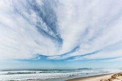 Nubes en un cielo azul Bk Foto de archivo