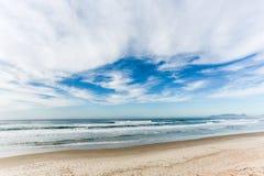 Nubes en un cielo azul Bk Imagen de archivo