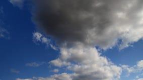 Nubes en un cielo azul de la primavera almacen de metraje de vídeo