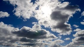 Nubes en un cielo azul de la primavera almacen de video