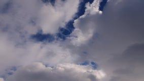 Nubes en un cielo azul de la primavera metrajes