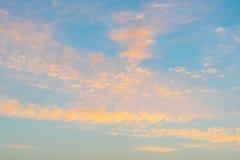 Nubes en un cielo azul en la salida del sol Imagen de archivo libre de regalías