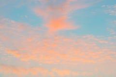 Nubes en un cielo azul en la salida del sol Fotografía de archivo
