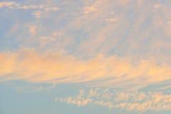 Nubes en un cielo azul en la salida del sol Fotos de archivo