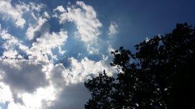 Nubes en un día del ` s del verano Imagenes de archivo
