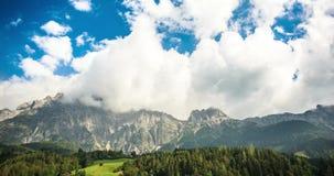 Nubes en vídeo del timelapse de las montañas 4K almacen de metraje de vídeo