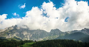 Nubes en vídeo del timelapse de las montañas 4K almacen de video