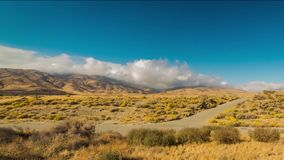 Nubes entrantes cerca de Palmdale CA almacen de video