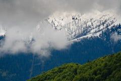 Nubes entre las montañas Imágenes de archivo libres de regalías