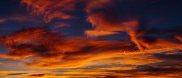 Nubes extremas del rojo de la tarde del panorama Imagen de archivo libre de regalías