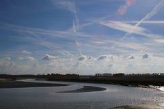 Nubes fantásticas y la neblina famosa del cielo de Normandía imagenes de archivo