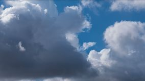 Nubes flotantes cercanas almacen de metraje de vídeo