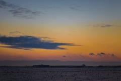 Nubes flotantes rápidas de la puesta del sol imponente del invierno Foto de archivo