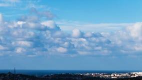 Nubes flotantes sobre la ciudad metrajes