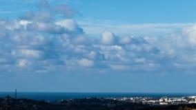 Nubes flotantes sobre la ciudad almacen de video