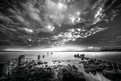 Nubes fuertes y potentes por el mar Fotos de archivo