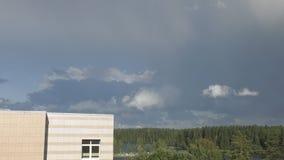 Nubes funcionadas con a través del cielo almacen de video