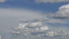 Nubes funcionadas con a trav?s del cielo almacen de video