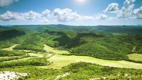 Nubes granangulares del timelapse del valle verde de la visión