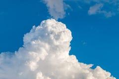 Nubes grandes con el cielo azul en fondo Foto de archivo libre de regalías