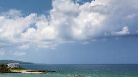 Nubes grandes que se mueven sobre un centro turístico jamaicano metrajes