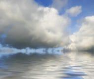 Nubes grandes reflejadas Fotos de archivo
