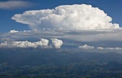 Nubes grandes sobre las montañas imagen de archivo