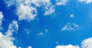 Nubes grandes soleadas brillantes del día de verano almacen de video