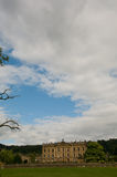 Nubes grandes y casa famosa Imagen de archivo