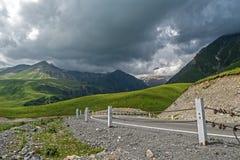 Nubes grises bajas sobre el camino de la montaña Foto de archivo