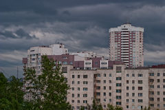 Nubes grises sobre el paisaje urbano Foto de archivo libre de regalías