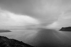 Nubes grises sobre un lago en Escocia, Europa Foto de archivo