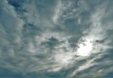 Nubes grises y punto central brillante fotografía de archivo