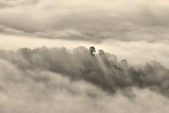Nubes gruesas en la puesta del sol fotografía de archivo libre de regalías