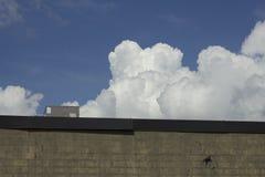Nubes gruesas que asoman imagen de archivo