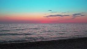 Nubes hermosas de la puesta del sol sobre el mar abierto almacen de video